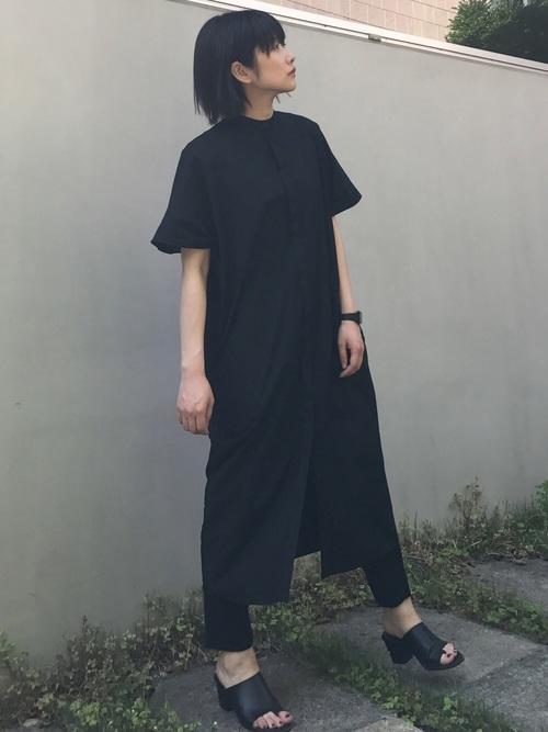 黒スリットワンピース×黒パンツの夏コーデ