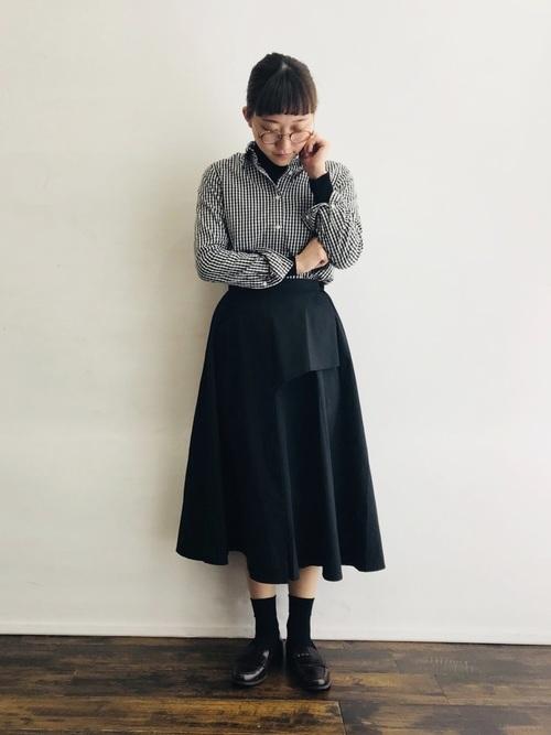 ギンガムチェックシャツ×黒スカートコーデ