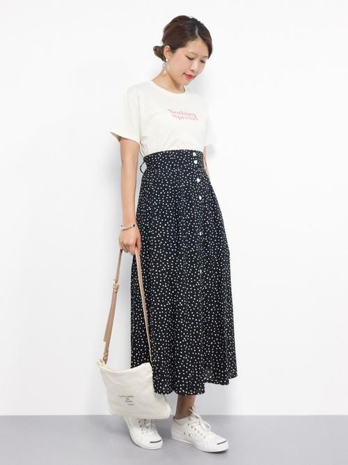 黒ドット柄スカート×ロゴTシャツの夏コーデ
