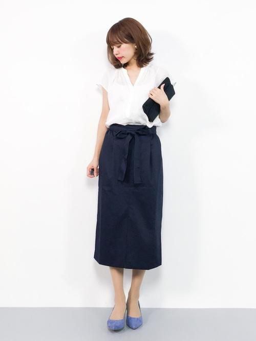 白シャツ×紺タイトスカートの40代夏コーデ