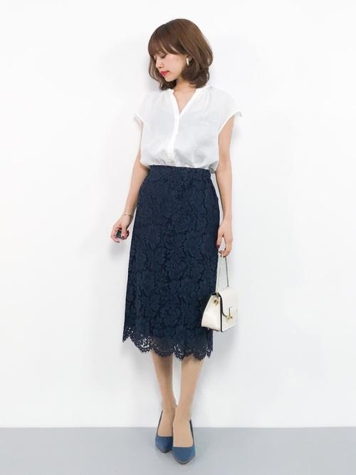 青タイトスカート×白ブラウスの夏コーデ