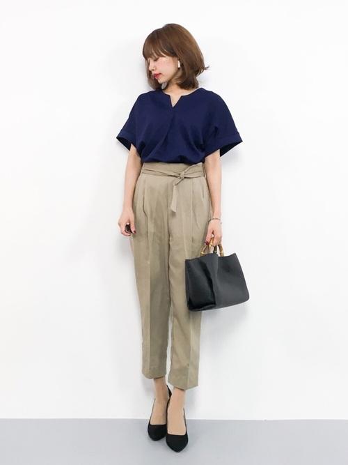 紺シャツ×ベージュパンツの40代向け夏コーデ