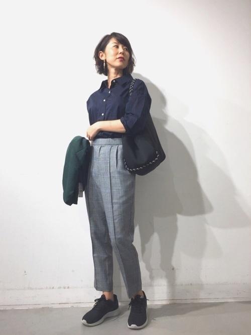 紺シャツ×グレーパンツの女性向けコーデ