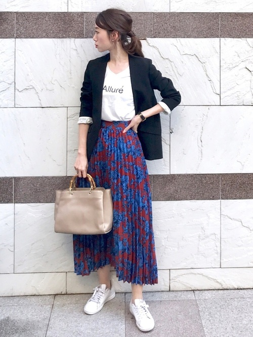 ジャケット×プリーツスカートの女性向けコーデ