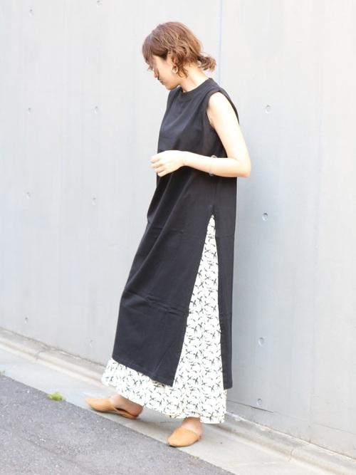 黒ワンピース×白柄ロングスカートの夏コーデ