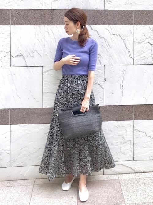 紫トップス×黒花柄スカートの40代夏コーデ