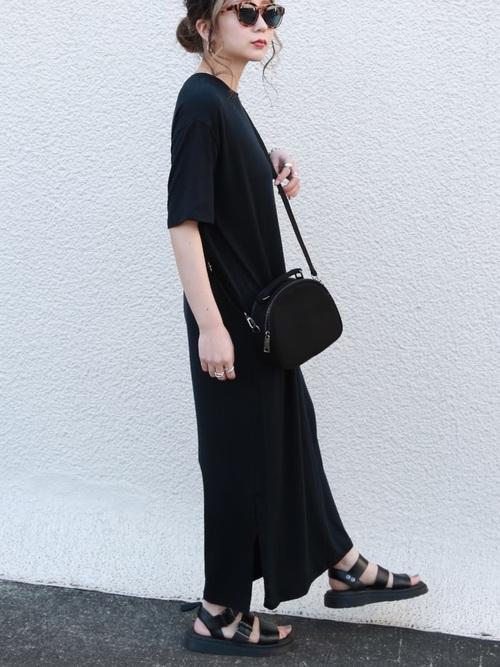 黒Tシャツワンピース×黒サンダルの夏コーデ
