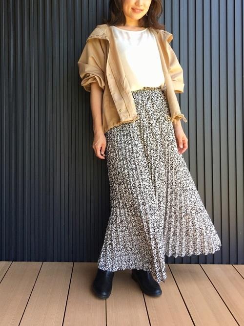 マウンテンパーカー×スカートの雨の日コーデ