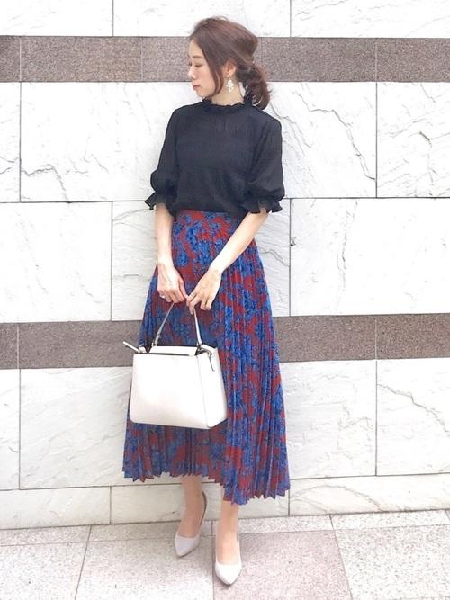 黒トップス×花柄スカートの40代夏コーデ