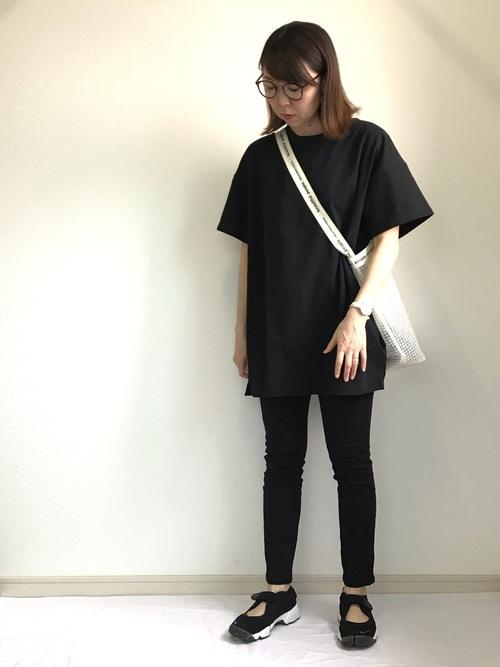 黒オーバーサイズTシャツ×黒スキニーコーデ