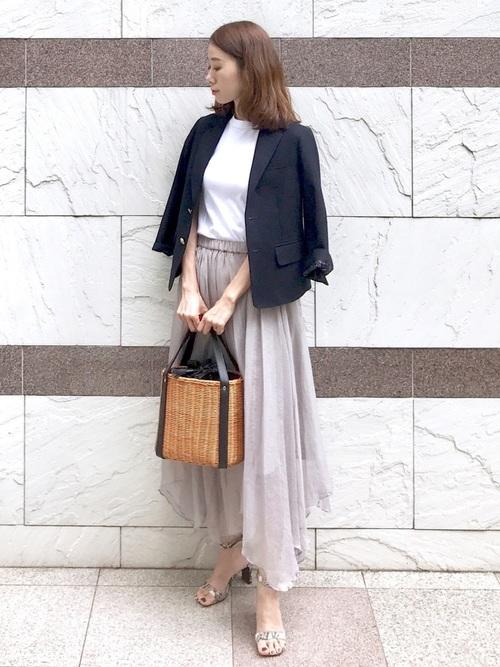 紺ジャケット×グレースカートの40代夏コーデ