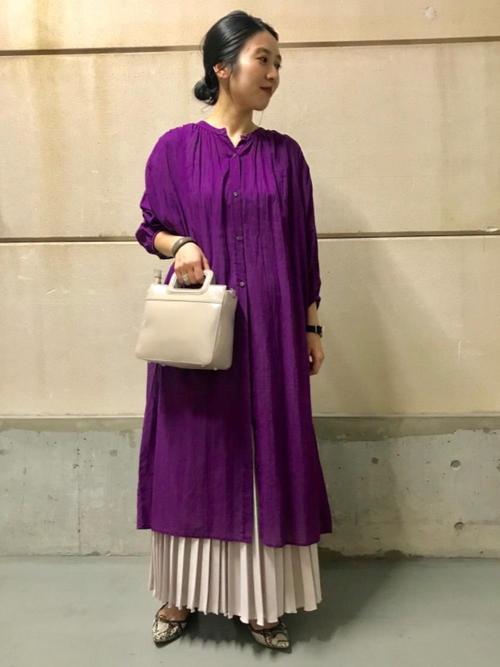 紫ワンピ×ロングスカートの春の雨の日コーデ
