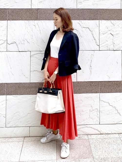 ジャケット×オレンジスカートの女性向けコーデ