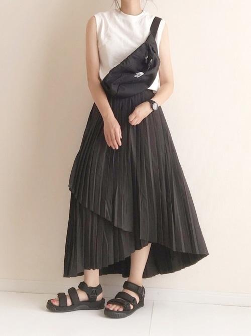 黒プリーツスカート×タンクトップの夏コーデ