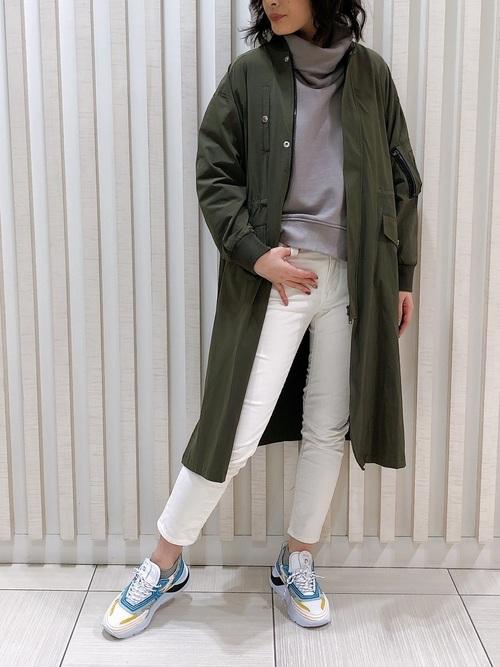 スキニーデニム×緑コートの40代春コーデ