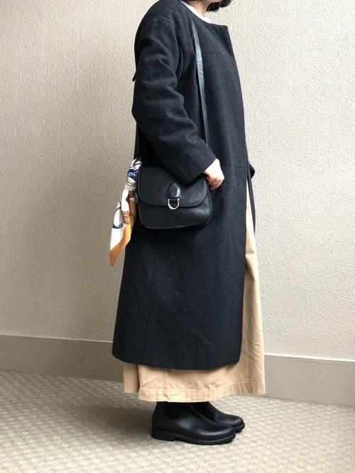 グレーコート×スカートの春の雨の日コーデ