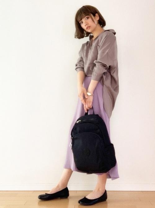 黒リュック×紫ロングスカートの通勤コーデ