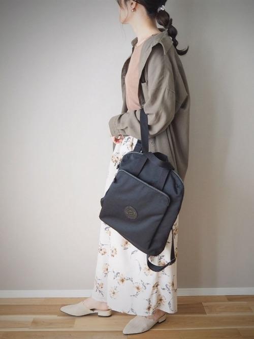 黒リュック×白花柄スカートの通勤コーデ