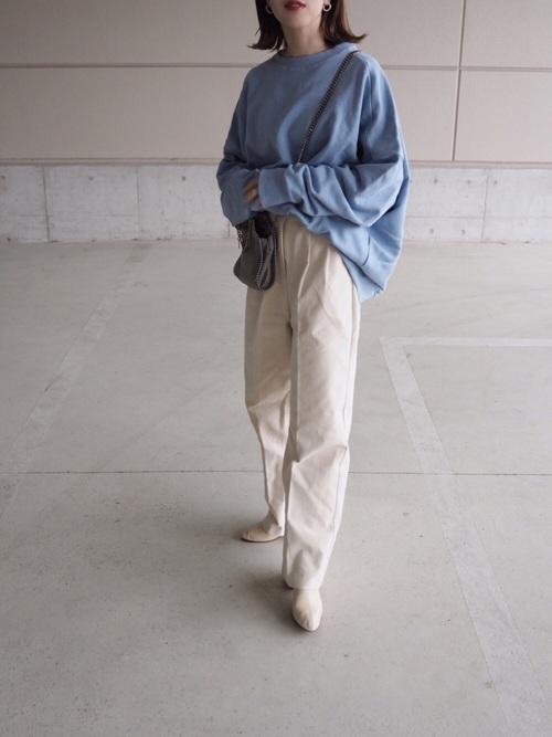 白ワイドパンツ×ブルースウェットの春コーデ