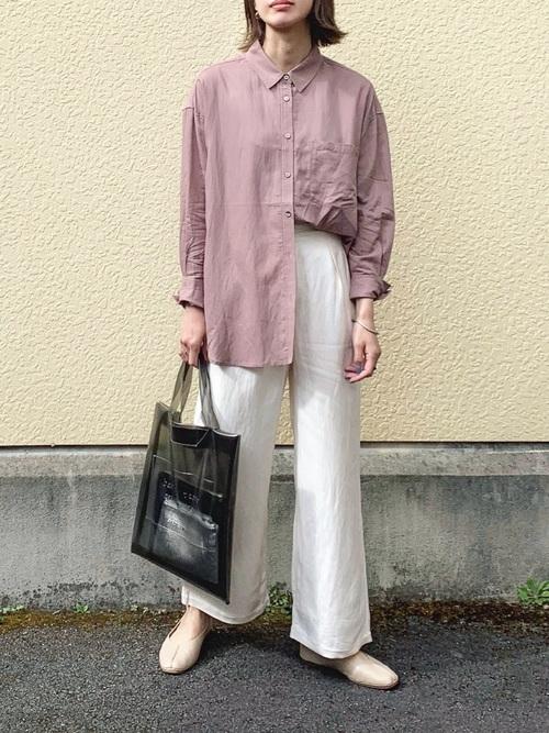 白ワイドパンツ×ピンクシャツの春コーデ