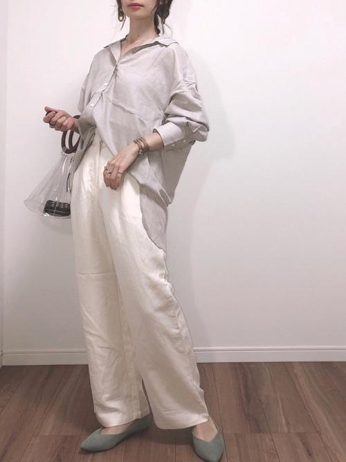 白ワイドパンツ×ベージュシャツの春コーデ