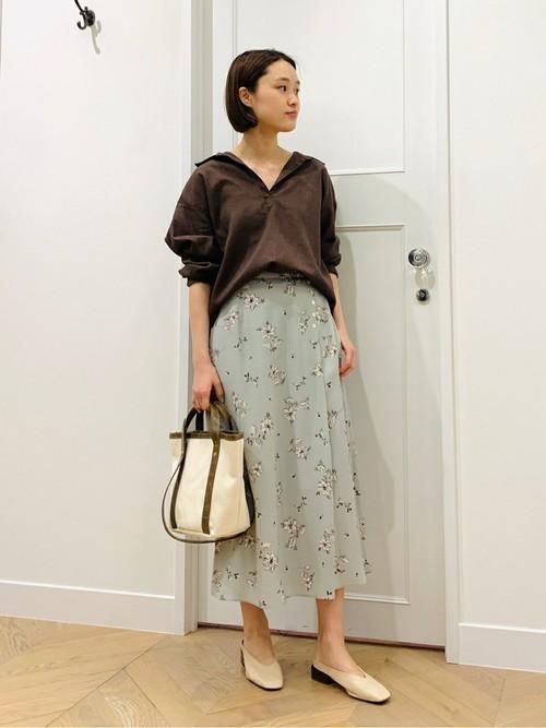 リネンシャツ×花柄スカートの着こなし