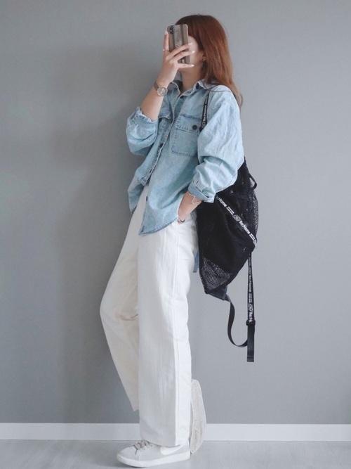 白ワイドパンツ×水色デニムシャツの春コーデ