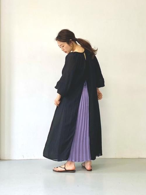 黒ワンピース×紫プリーツスカートの夏コーデ