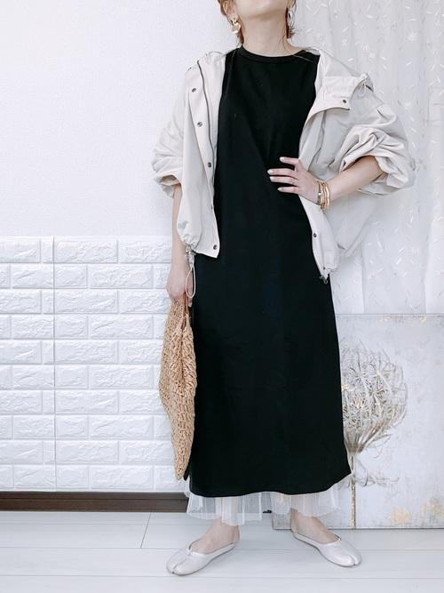 黒ワンピース×白ロングスカートの夏コーデ
