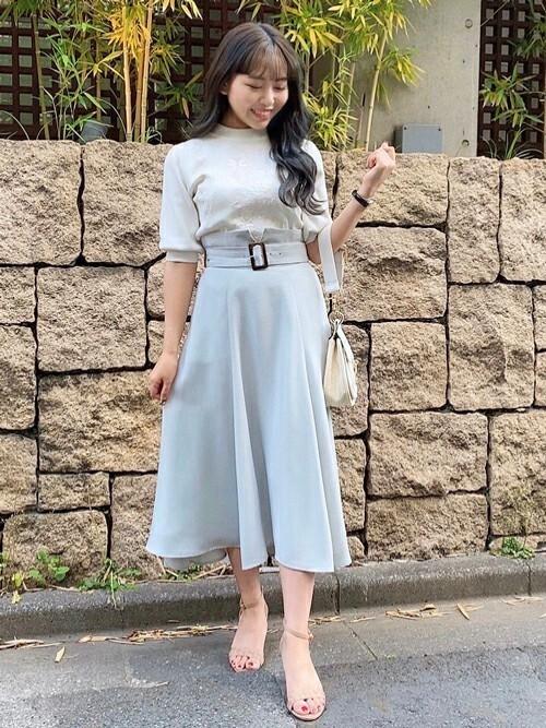 水色ベルト付きスカート×白ニットの夏コーデ