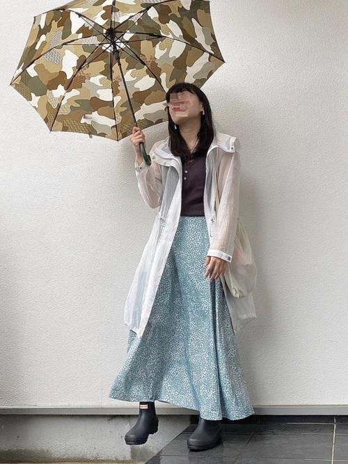 シアーアウター×スカートの春の雨の日コーデ