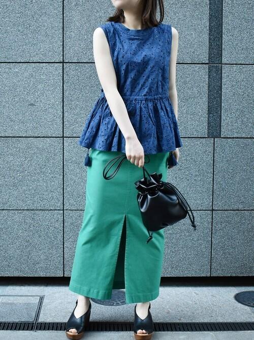 グリーンタイトロングスカートのコーデ