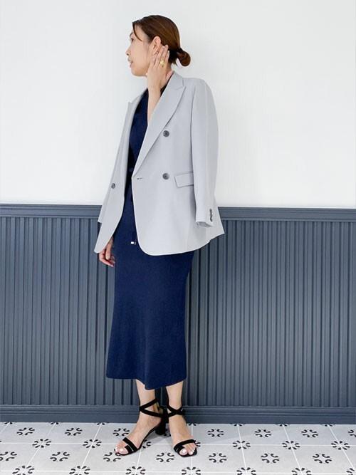 紺ワンピース×グレージャケットの40代夏コーデ