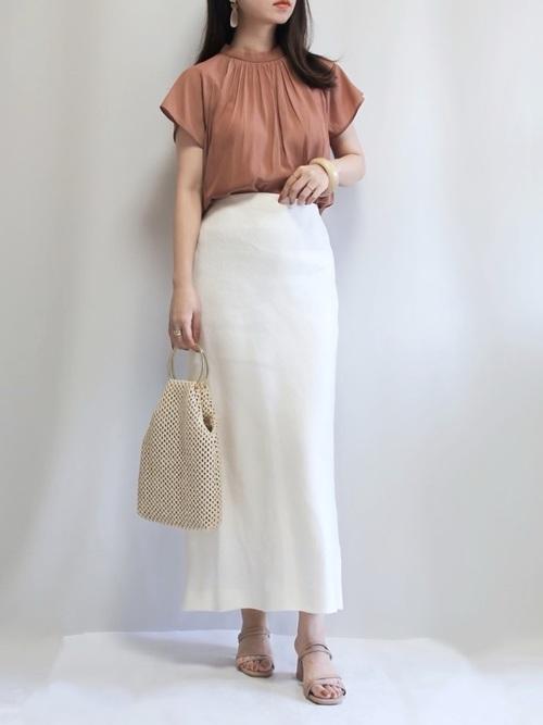白タイトスカート×茶色トップスの夏コーデ