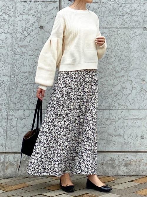 白ニット×花柄スカートの春の雨の日コーデ