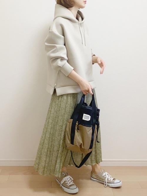 ベージュコンバース×緑スカートの春コーデ