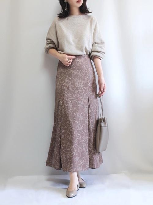 ニット×茶色花柄スカートの春の雨の日コーデ