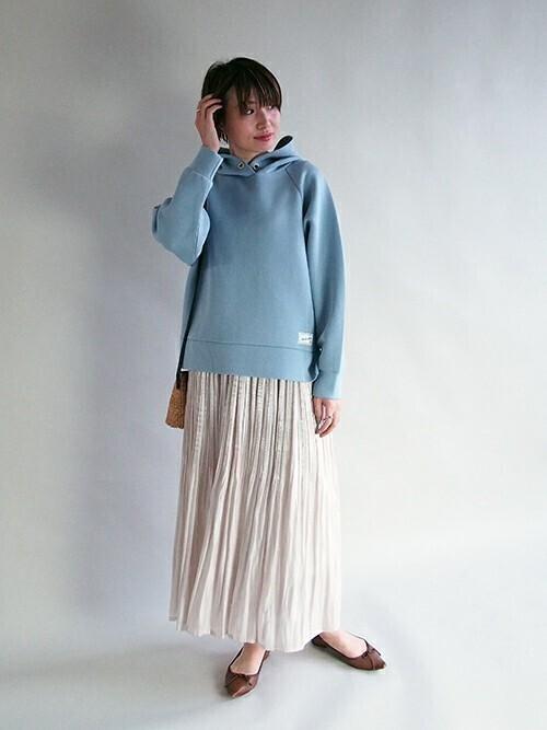 ブルーパーカー×サテンスカートの春コーデ
