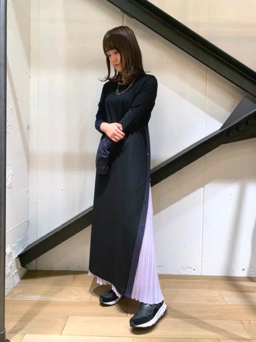 黒ワンピース×紫スカートの女性向けコーデ