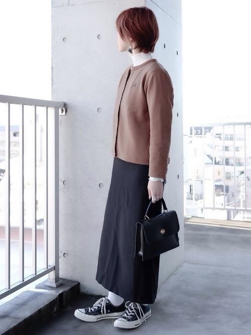 黒タイトスカートの春の女性向けコーデ
