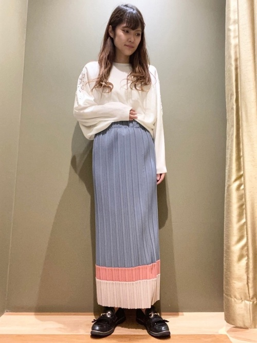 水色スカート×白レース袖ニットの春コーデ