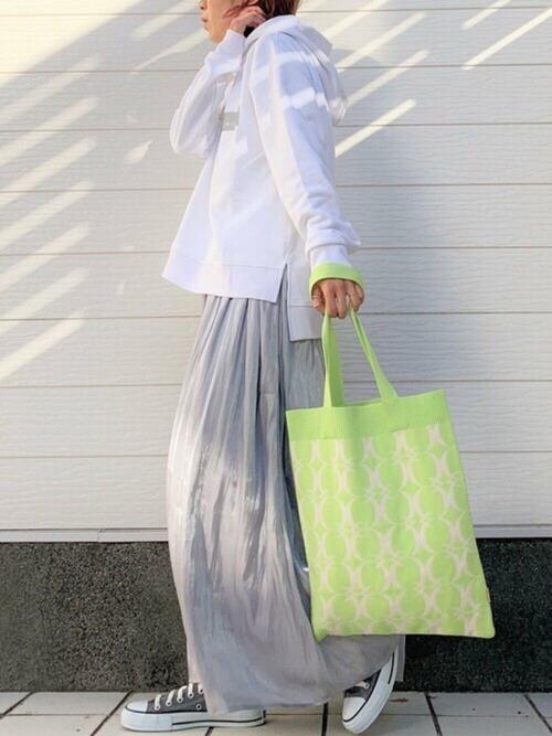 白パーカー×グレーロングスカートの春コーデ