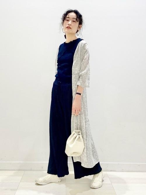 紺セットアップの春の女性向けコーデ