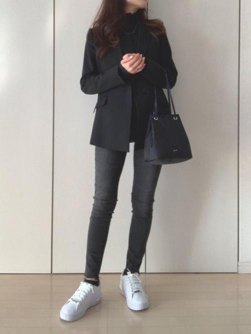 ジャケット×グレーパンツの女性向けコーデ