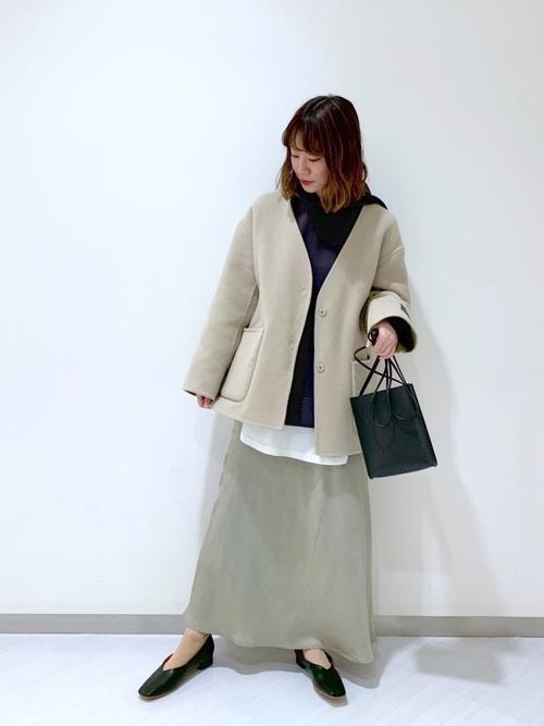 グレーパーカー×緑ロングスカートの春コーデ