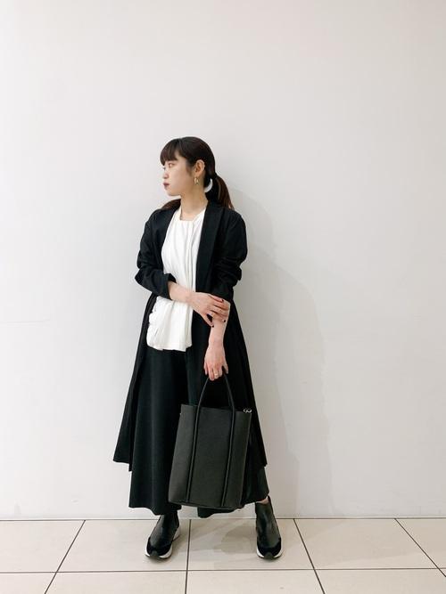 黒コート×黒ワイドパンツの女性向けコーデ