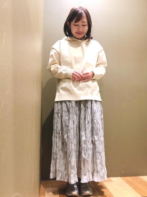 白パーカー×マーブル柄スカートの春コーデ