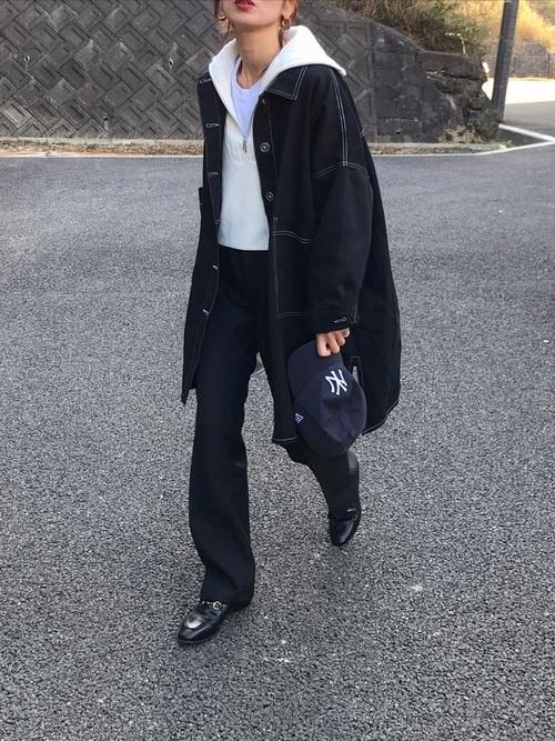キャップ×黒シャツジャケットの30代コーデ