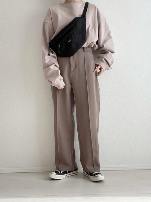ウエストポーチ×茶色パンツの大人向けコーデ