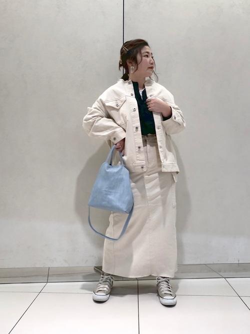 ベージュコンバース×白スカートの春コーデ